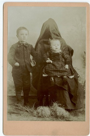 Hidden mothers in Victorian portraits | Symbols | Scoop.it