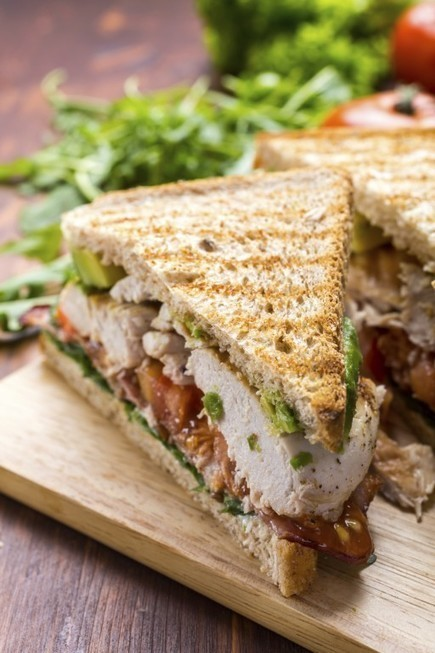Het ultieme zaterdagbroodje met kip, bacon & avocado | Foods of the World | Scoop.it
