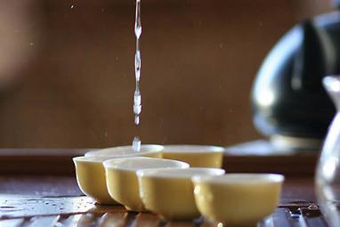La leyenda de la ceremonia del te, golpeando la mesa con los dedos para agradecer, en la Provincia de Guangdong | 吃饭 (chī fàn) | Scoop.it