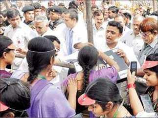 इलाहाबाद: लैपटॉप नहीं मिलने पर छात्रों ने एसडीएम को बनाया बंधक - News in Hindi   News in Hindi   Scoop.it