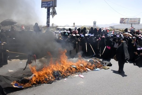 Yemeni women burn traditional female veils to protest regime crackdown as clashes kill 25 | Coveting Freedom | Scoop.it