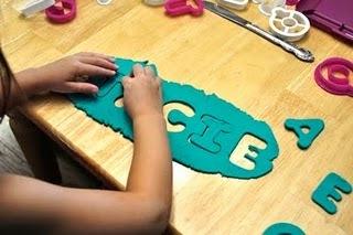 The Amazing Mess: Preschool Basics: Play-Doh Name Puzzle   Literacia no Jardim de Infância   Scoop.it