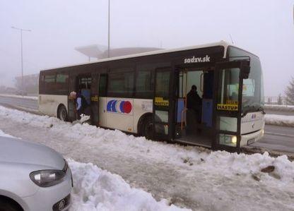 Sneh na zastávke odhadzoval šofér autobusu, dostane odmenu | Hrdinstvo | Scoop.it