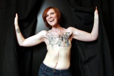 Rescapée du cancer du sein Kelly Davidson torse nu arbore fièrement ses tatouages | Mais n'importe quoi ! | Scoop.it