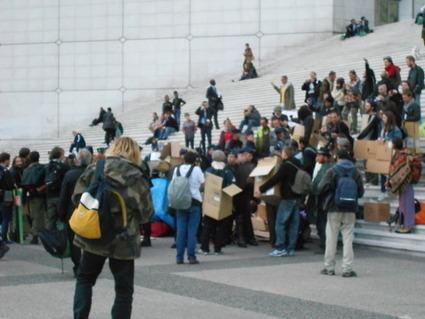 4M Les CRS encerclent les chariots de la logistique marche, les indignés et les cartons libres encerclent les CRS ... | #marchedesbanlieues -> #occupynnocents | Scoop.it