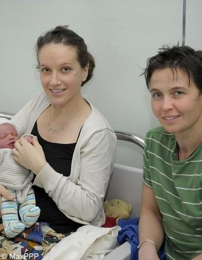 Le premier bébé de l'année 2013 a deux mamans | Mariage pour tous et toutes. | Scoop.it