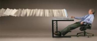Los 12 grandes retos en la gestión de los activos de información y evidencias en la era digital. (A la derecha hay una persona sentada en con las piernas estiradas y consultado información en el PC de su escritorio. Tras el monitor, se ven unos expedientes que se despliegan a la izquierda y, aparentemente, hacia el infinito)