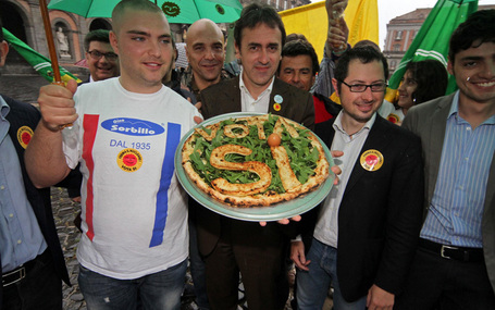 "Foto Referendum, a Napoli nasce la pizza ""ai 4 Sì"". FOTO - Tg24 - Sky.it 