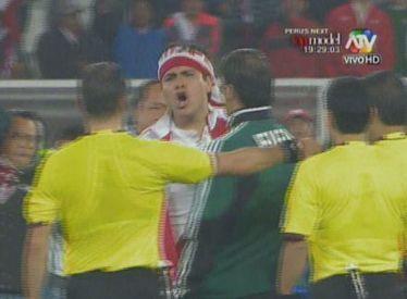 Perú-Uruguay: Hincha se mete al campo para reclamar a árbitro tras derrota peruana [VIDEO] | Lo que está en mi mente | Scoop.it