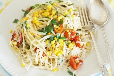 Spaghetti with sweetcorn, cherry tomatoes and herbs | À Catanada na Cozinha Magazine | Scoop.it