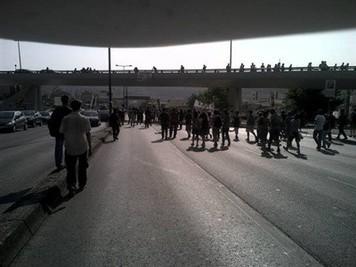 Polícia de choque impede que manifestantes cortem acesso à Ponte 25 de Abril - Economia - DN | Greve Geral | Scoop.it