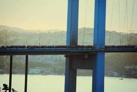 Istanbul: protesters crossing the Bosphorus Bridge | World | Scoop.it