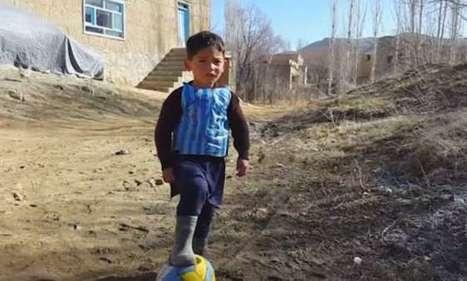 Lionel Messi a finalement offert son maillot à l'enfant afghan au maillot en sac plastique ! Une histoire vraiment touchante...   Savoirs en éducation   Scoop.it