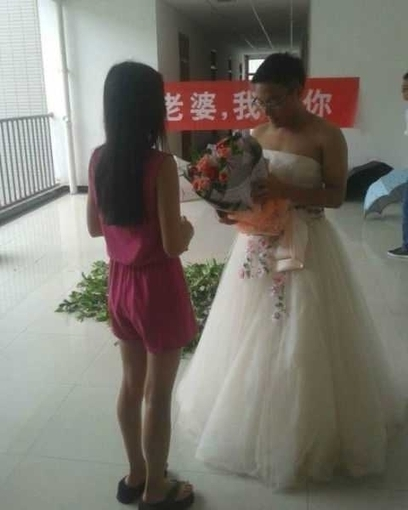 Il fait sa demande en mariage... en robe de mariée ! - La Photo   Insolite, Weird News   Scoop.it
