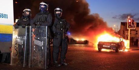 Près de trente policiers blessés lors de heurts entre protestants et catholiques en Ulster | Conflitos Mundiais Actuais | Scoop.it