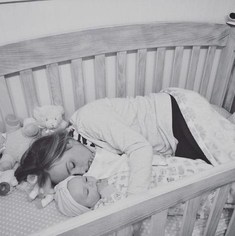 Cette mère dort avec sa fille dans son berceau pour une raison particulière | Parent Autrement à Tahiti | Scoop.it