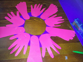 Help! I can't stop crafting: Christmas Wreath; childrens hands and feet out of Upcycled Cardboard   Christmas Craft   Scoop.it