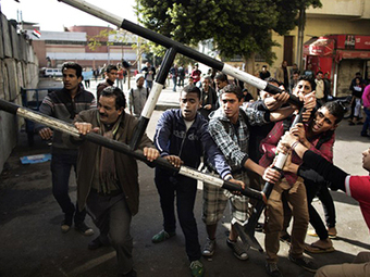 Egyptian protesters break through barricades outside Morsi's palace (PHOTOS) | MN News Hound | Scoop.it