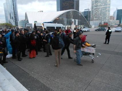 4M Les chariots logistiques pris au piège parmi les dangereux cartons sont libérés | #marchedesbanlieues -> #occupynnocents | Scoop.it