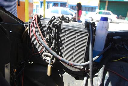 Conductores encadenan baterías de sus carros para evitar robos (Foto)   Autos   Scoop.it