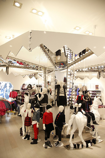 H&M Cuts Down On Lines By Turning The Dressing Room Into A Cash Register - PSFK | Digital Marketing & Commerce de Proximité | Scoop.it