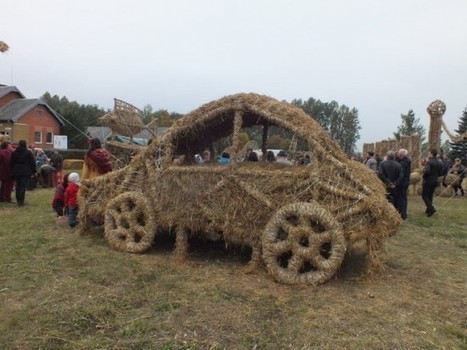 Lithuanians Build Intricate Straw Sculpture Park Only to Burn It Down in Fiery Celebration | Strange days indeed... | Scoop.it