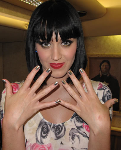 Katy Perry Showing Off Gold Minx Nails | All things nails | Scoop.it