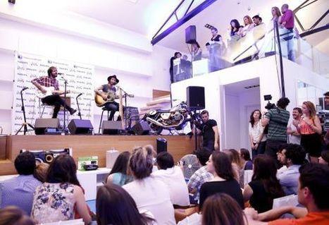 Sofá, vinito y Leiva tocando en el salón | LeivaSalonPhilips | Scoop.it