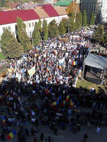 Twitter / ambrablu: anti #Chevron& RMGC protest in Campeni, Romania; thousands protest against #fracking and gold mining #rosiamontana | Save Rosia Montana | Scoop.it
