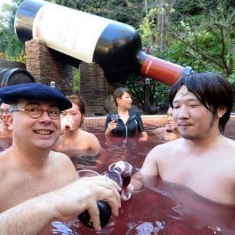 Un bain dans le Beaujolais nouveau: C'est bon pour la peau, dit-on au Japon | japon | Scoop.it
