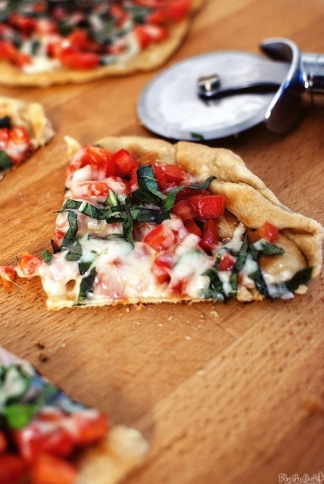 Thin-Crust Skillet Pizza for Two | À Catanada na Cozinha Magazine | Scoop.it
