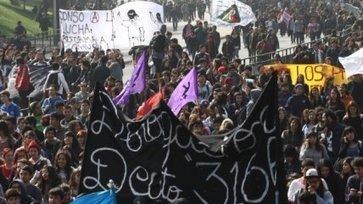 Estudiantes salen a las calles en medio del complejo trámite de la reforma ... - Cooperativa.cl | construcciones politicas latinoamericanas | Scoop.it