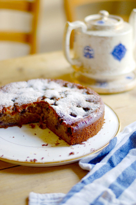 Blueberry, Banana and Almond Cake | The Man With The Golden Tongs Hands Are In The Oven | Scoop.it