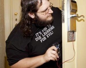Un hacker trouve une faille dans la sécurité du système d'ouverture des chambres à clef magnétique   Hôte