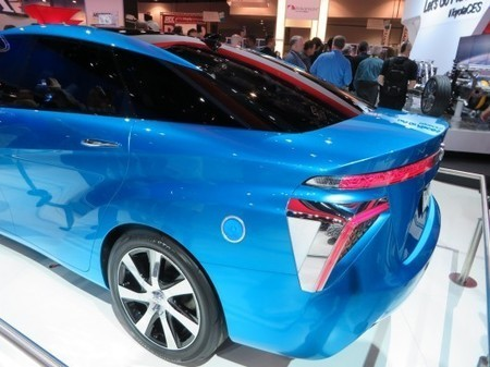 The Toyota FCV fuel cell vehicle: Has the code for a hydrogen car been cracked? | Slash's Science & Technology Scoop | Scoop.it