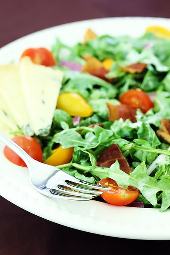 arugula salad with bacon, tomatoes & buttermilk dressing   gimme ...   tomatoes   Scoop.it