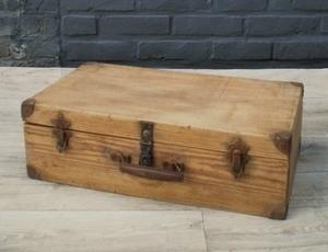 valise en bois pour ranger livres ou jouets. Black Bedroom Furniture Sets. Home Design Ideas