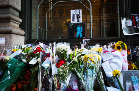 Mourning David Bowie Outside His New York Apartment | B-B-B-Bowie | Scoop.it