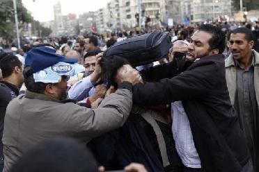قتيلان في الاشتباكات بين مؤيدي مرسي ومعارضيه .. واستقالة 3 من مستشاري مرسي   الاخبار الاردنيه   Scoop.it
