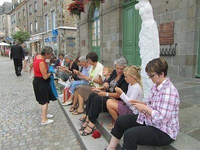 Yarn bombing, ou l'art décoratif du mobilier urbain , Dol-de-Bretagne 25/08/2012 - ouest-france.fr | Yarnbombing France | Scoop.it