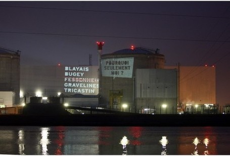 projection de messages sur la centrale de Fessenheim