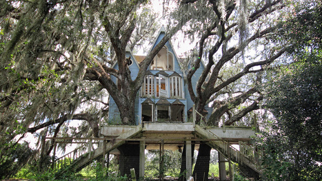 This abandoned playhouse was once an elaborate treehouse mansion #RuinPorn | Photoshopography | Scoop.it
