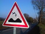 Double dos d'âne - A2a - Street Art - Jinks Kunst - Street Art   Détournement de panneaux by Jinks   Scoop.it