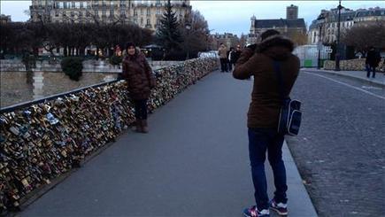 Video - Paris Tourists Put Locks on Bridges as a Symbol of Devotion - WSJ.com | Médias sociaux et tourisme | Scoop.it