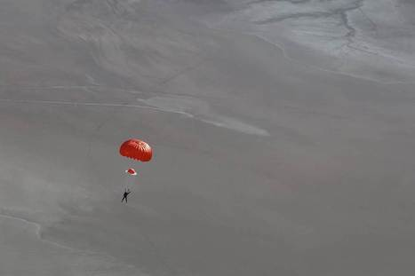 Photo Shows Virgin Galactic Pilot Parachuting to Safety   Middays with Becky Alignay   Scoop.it