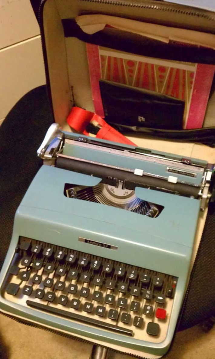 Vintage Mid Century Modern Olivetti-Underwood Lettera 32 Portable Manual Typewriter in Blue with Case Booklets & Extras | Nerdy Needs | Scoop.it