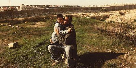 Une caméra contre le mur, par Benjamin Barthe - Le Monde magazine, 26 mai 2012   Israel - Palestine: repères et actualité   Scoop.it