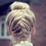 Top knot met een vlechtje (Styletoday.be) | hairstyles | Scoop.it
