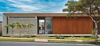 Uma casa sem muro, mas com brises e parede de mosaico | Arquitetura e Design | Scoop.it