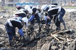 [Eng] La recherche des corps dans la ville ravagée par le tsunami se poursuit sous une chaleur torride | The Mainichi Daily News | Japon : séisme, tsunami & conséquences | Scoop.it